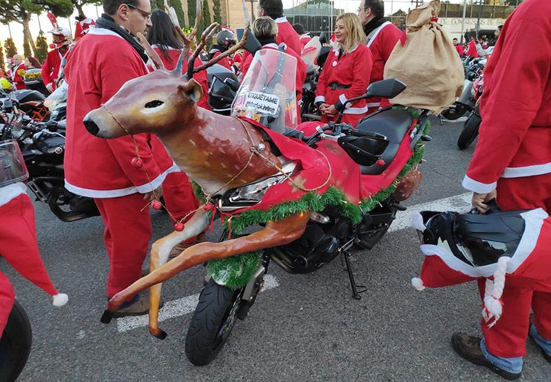 moto disfrazada de reno de Papa Noel