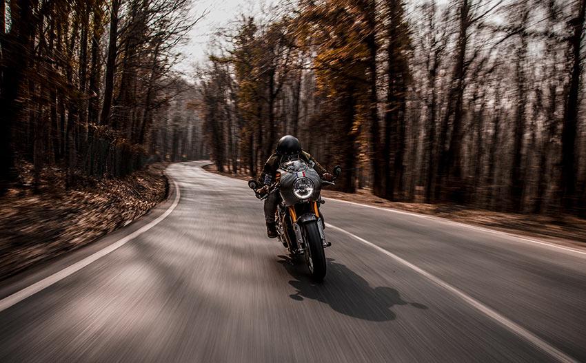 moto circulando por carretera